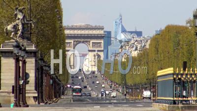 Paris Sous Confinement Du Coronavirus, Avenue Des Champs-Elysées Et Arc De Triomphe