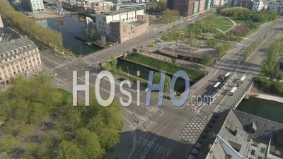 Ville De Strasbourg Pendant Le Confinement En Raison De Covid-19 - Place De Etoile - Tram - Vidéo Par Drone
