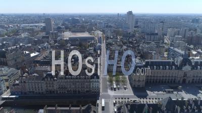 Vide Place De La République Et Rue Jean Jaurès De La Ville De Rennes Au Jour 16 De L'épidémie De Covid-19, France -  Vidéo Par Drone