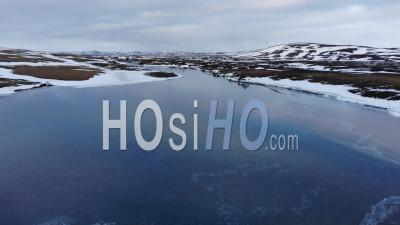 Cours D'eau Glacé Dans Les Montagnes Islandaises, Islande – Vidéo Par Drone