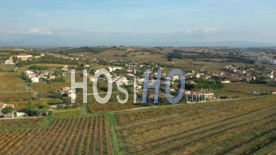 Village Et Vignobles De Châteauneuf-Du-Pape Dans Le Vaucluse - Séquence Vidéo Du Drone