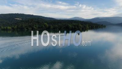 Vue Aérienne D'un Bateau De Pêche Naviguant Sur Le Lac De Saint Cassien, Vu Par Drone