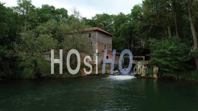 Moulin à Eau Sainte Marie Du Lac Close Up - Vidéo Aérienne Par Drone