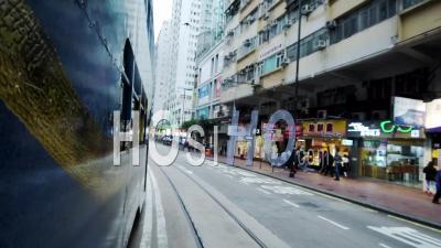 Vue Latérale D'un Bus à Impériale Bleu Voyageant Sur La Route à Hong Kong - Timelapse