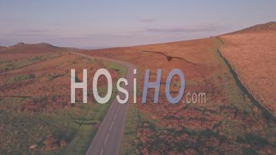 Voiture Roulant à Travers Le Parc National De Dartmoor, Devon, Angleterre, Royaume-Uni- Prise De Vue Drone Suivant La Voiture