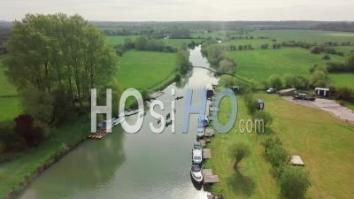 Les Touristes En Kayak Avec Des Bateaux Amarrés Sur La Tamise à Abingdon Près D'oxford City, Royaume-Uni - Prise De Vue Drone