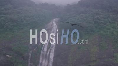 Cascade Dans Un Paysage De Montagne Brumeuse. Vidéo Aérienne Par Drone De Beaux Paysages Indiens