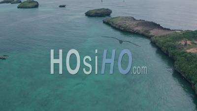 Bateaux De Pêche Dans La Plage De La Baie De Watamu Au Lever Du Soleil Près De Malindi, Kenya. Vidéo Aérienne Par Drone