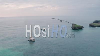 Bateaux De Pêche Dans La Plage De La Baie De Watamu Au Lever Du Soleil Près De Malindi, Kenya. Vidéo Aérienne Par Drone Donnant Sur La Mer