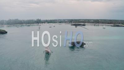 Bateaux De Pêche Naviguant à Watamu Bay Beach Près De Malindi, Kenya. Vidéo Aérienne Par Drone