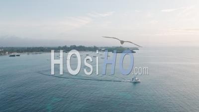 Bateau De Pêche Au Thon En Haute Mer Au Lever Du Soleil Au Kenya à Watamu, Malindi. Vidéo Aérienne Par Drone