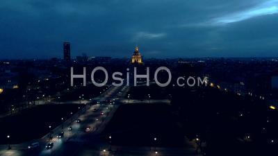 Images Aériennes De L'hôtel Invalide La Nuit Et De La Tour Montparnasse En Arrière-Plan, Point De Vue De Drone