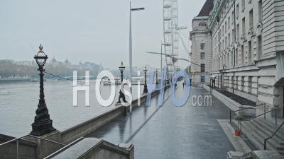Calme Et Vide Du Centre De Londres Au London Eye Pendant Le Verrouillage De La Pandémie De Coronavirus Covid-19, Avec Des Gens Qui Marchent Pour L'exercice Quotidien Dans La Ville, Londres, Angleterre, Europe