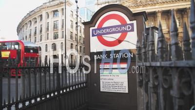 La Station De Métro Bank Et Red London Bus Pendant La Pandémie De Coronavirus Covid-19 Lockdown Prises à La Banque Dans La Ville De Londres, Angleterre, Europe