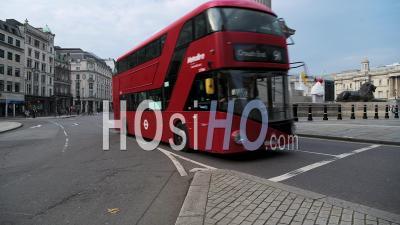 Calme, Rues Vides à Londres Avec Un Seul Bus Rouge De Londres Dans Le Verrouillage De La Pandémie De Coronavirus Covid-19 à Trafalgar Square Et Nelsons Column à Londres Dans La Ville De Westminster, England, Uk