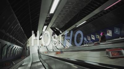 Escalator Silencieux Dans La Station De Métro De Londres Dans Le Verrouillage De La Pandémie De Coronavirus Covid-19 En Angleterre, Royaume-Uni Déserté Sans Personne à L'heure De Pointe