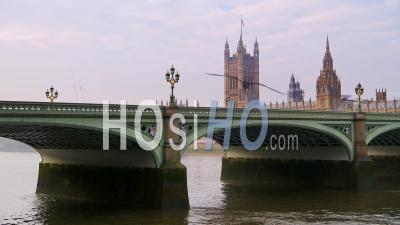 Tamise Et Pont De Westminster à Londres Dans Le Verrouillage De Coronavirus Covid-19, Montrant Calme, Bâtiment Célèbre Emblématique Vide Et Attraction Touristique En Angleterre, Royaume-Uni