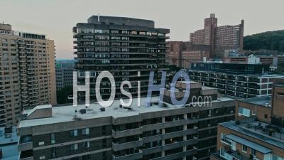 Le Délabrement De Montréal Monte Pendant Une Journée D'été Brumeuse - Vidéo Drone