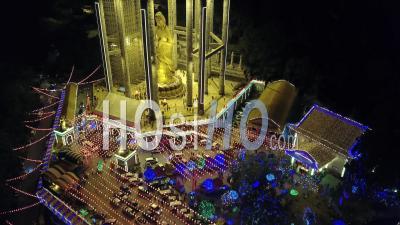 Vue Aérienne Des Gens à La Tache De Tourisme Pavillon De Kuan Yin à Kek Lok Si. - Vidéo Par Drone