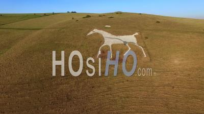Aerial View Of The Alton Barnes White Horse Wiltshire Angleterre, Royaume-Uni - Video Drone Footage