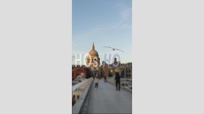 Vertical Vidéo De Londres Hyperlapse Timelapse, Hyper Lapse Time Lapse De Personnes Marchant Sur La Cathédrale St Paul Et Millennium Bridge Dans Le Centre Emblématique De Londres, Angleterre, Royaume-Uni