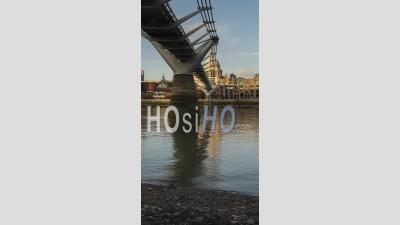 Vidéo Verticale De London Hyperlapse Timelapse, Hyper Lapse Time Lapse De La Tamise, La Cathédrale St Paul Et Le Millennium Bridge, Le Célèbre Monument Emblématique Du Centre De Londres En Angleterre, Royaume-Uni