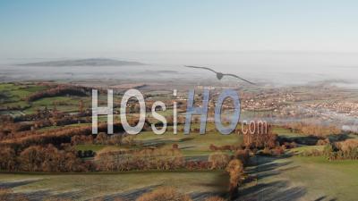 Vue Par Drone Vue Sur Les Collines Des Cotswolds Avec Broadway Dans La Vallée, Avec De Belles Vues Sur La Campagne Rurale, Champs Vert Brumeux Et Paysage De Paysage Anglais Dans La Brume Dans Le Gloucestershire, Angleterre, Royaume-Uni