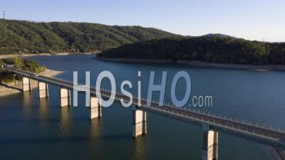 Dronelapse D'un Pont Sur Le Lac De St-Cassien, Var, France - Vidéo Par Drone