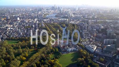 Large Vue Sur Buckingham Palace Et St James's Park En Regardant Vers La Tamise, Londres, Filmé En Hélicoptère