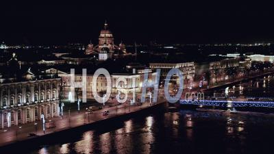 Vue De La Nuit Saint-Pétersbourg, Pont Du Palais, L'ermitage, L'amirauté - Vidéo Aérienne Par Drone