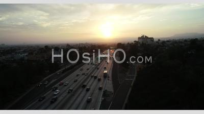 Vue Aérienne Du Trafic De Los Angeles Au Coucher Du Soleil - Vidéo Par Drone