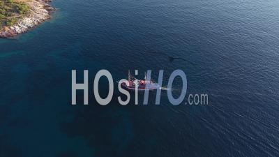 Vue Aérienne De Drone D'un Bateau De Croisière Touristique Naviguant Près De La Côte Méditerranéenne Rocheuse De L'île Grecque