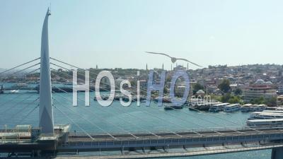 Vue Panoramique Du Pont Avec La Gare De Transports En Commun à Istanbul, Mosquée Aérienne Avant Révélant Sur Riverside - Vidéo Par Drone