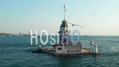 Tour De La Jeune Fille Encerclant Avec Le Drapeau De La Turquie Dans La Rivière De L'océan Bosphore à Istanbul Dans La Belle Lumière De L'après-Midi, Prise De Vue Aérienne - Drone Vidéo