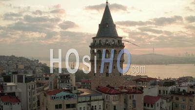 Belle Tour De Galata Au Lever Du Soleil Au Coeur De La Ville D'istanbul Dans La Lumière Jaune, Vue Aérienne D'en Haut - Vidéo Par Drone