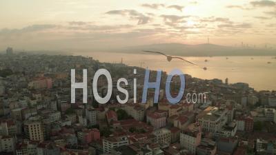 Beau Petit Matin Au-Dessus D'istanbul Taksim Avec La Tour De Galata Dans La Lumière Du Lever Du Soleil, Prise De Vue Aérienne établissant La Diapositive à Gauche - Drone Vidéo