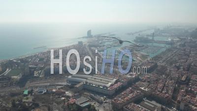 Vue Aérienne De Barcelone Par Drone Large De La Ville Vers Le Magnifique Océan Bleu Et La Baie 4k