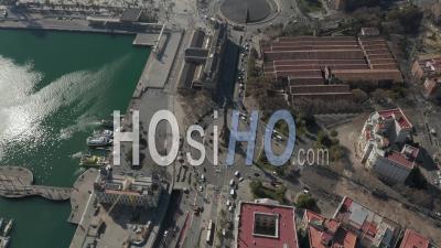 Vol Aérien Lent Au-Dessus Du Monument De Columbus à Barcelone, Espagne Avec Des Palmiers Sur Une Belle Journée Ensoleillée 4k - Vidéo Par Drone