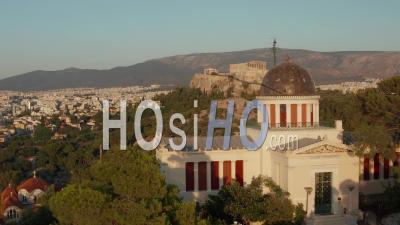 Passant Par L'observatoire National D'athènes Révélant L'acropole Dans Une Belle Heure Dorée 4k - Vidéo Par Drone