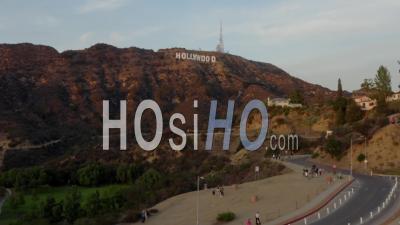 Plan Large Volant Vers Les Lettres De Signe D'hollywood Au Coucher Du Soleil, Los Angeles, Californie 4k - Vidéo Par Drone