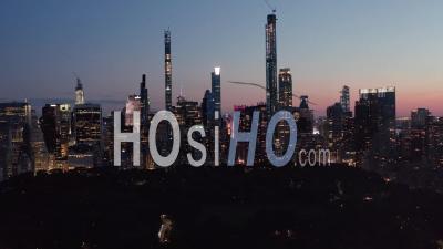 Large Vue Sur Les Toits De Manhattan La Nuit Avec Les Lumières De La Ville Clignotantes Et Les Nouveaux Gratte-Ciel à New York à Central Park Dans De Beaux 4k - Drone Vidéo