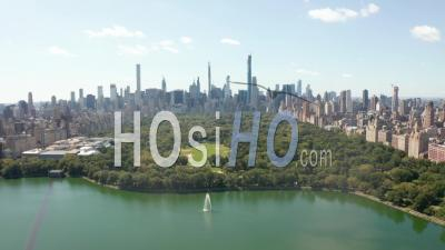 Beautiful Central Park View With Lake And Manhattan Skyline In Background At Sunny Summer Day, New York City 4k - Video Drone Footage