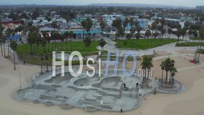 Au-Dessus Du Patin De Plage De Venise Presque Vide En Raison Du Parc De Verrouillage Du Coronavirus Près De La Plage De Los Angeles, Prise De Vue Aérienne Au Grand Angle 4k - Drone Vidéo