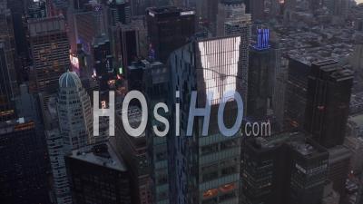 Vue épique De L'énorme Gratte-Ciel De New Manhattan Au Coucher Du Soleil Avec Feux De Circulation Et Fond De La Ville De New York Dans De Beaux 4k - Drone Vidéo