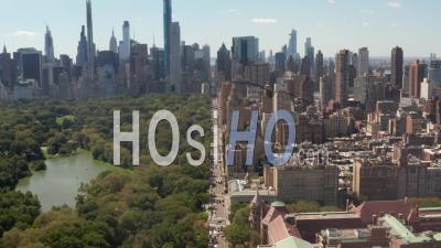 Vol Au-Dessus De La Belle Rue De New York à Central Park Le Jour D'été Ensoleillé 4k - Vidéo Par Drone