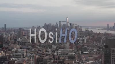 Vue Aérienne Large Piédestal Descendant Des Toits De La Ville De New York Avec Des Gratte-Ciel Et Des Immeubles De Bureaux à Manhattan 4k - Drone Vidéo