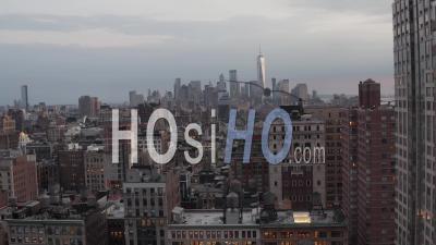 Vue Aérienne Du Piédestal Descendant Des Toits De La Ville De New York Et Gros Plan Des Bureaux Commerciaux Et Des Bâtiments à Manhattan 4k - Drone Vidéo