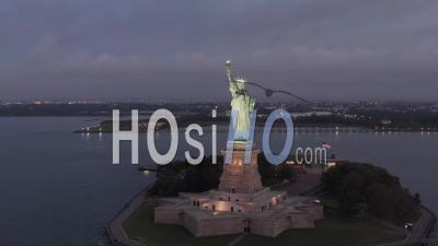 Encerclant La Statue De La Liberté Magnifiquement éclairée Dans La Lumière Du Matin 4k New York City - Vidéo Par Drone