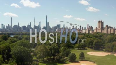 Belle Vue Sur Central Park Et Manhattan En Arrière-Plan Au Jour D'été Ensoleillé 4k - Vidéo Par Drone
