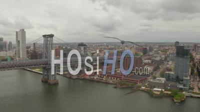 Vue Par Drone Lent De La Circulation Sur Le Pont De Williamsburg En Direction Du Quartier De Williamsburg à New York City 4k - Vidéo Par Drone